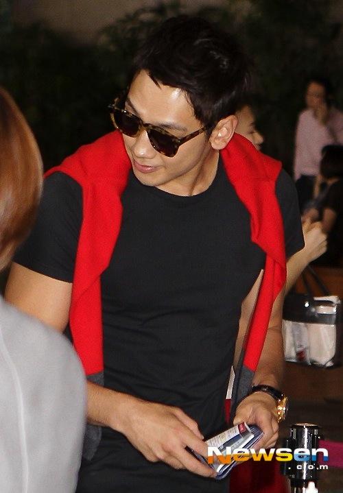 Bi Rain diện đồ nam tính, nhấn nhá sắc đỏ nổi bật | Bi Rain thời trang sân bay,Bi Rain đi Thượng Hải,Kim Tae Hee