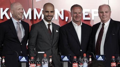 Bộ tứ quyền lực của Bayern từ trái sang: Giám đốc thể thaoMatthias Sammer, HLV Pep Guardiola, CEO Rummenigge