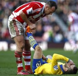 Cầu thủ Stoke City trả giá cho lối đá chặt chém