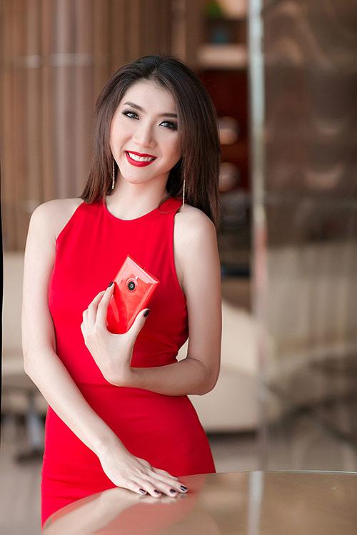Ngọc Quyên diện váy đỏ rực, khoe da trắng ngần - 1